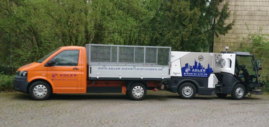 Zwei Reinigungsfahrzeuge der Firma Adler.